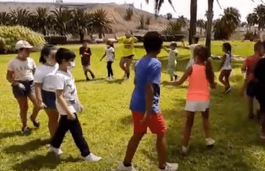 Kinder tanzen fröhlich im Kreis